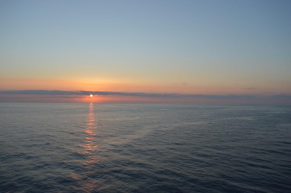 sunset-over-the-sea-2097944_960_720.jpg