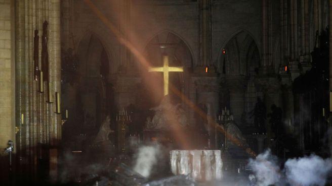 skynews-notre-dame-altar_4641049.jpg
